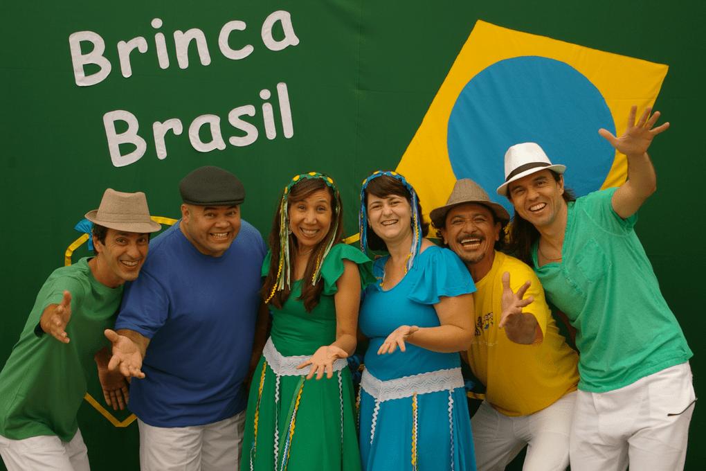 """Elenco em """"Brinca Brasil""""."""